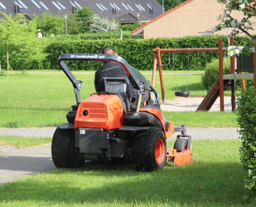 Her udføres græsslåning for en kunde, hvor vi varetager ejendomsservice på alle deres arealer.