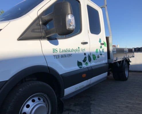 Her ses en firmabil med rullegræs fra bslp.dk